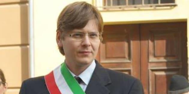"""Non sa leggere il giuramento in italiano e il sindaco dice """"no"""" alla cittadinanza"""