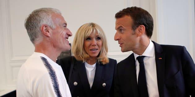 Le président Emmanuel Macron et son épouse Brigitte lors de leur rencontre avec les Bleus, à Clairefontaine.