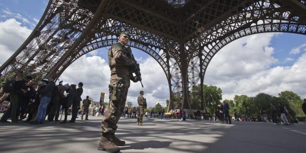 Un militaire en patrouille sous la tour Eiffel le 20 mai 2017.