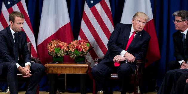 El presidente de Estados Unidos, Donald Trump (C), escucha a un intérprete durante un encuentro con el presidente de Francia, Emmanuel Macron (I), el 18 de septiembre de 2017 en Nueva York (EE UU).