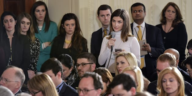 Kaitlan Collins, haciendo preguntas en la Casa Blanca en febrero de 2017, cuando aún trabajaba en 'The Daily Caller'.