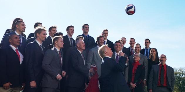 Donald Trump s'est essayé au volleyball à la Maison Blanche ce 17 novembre 2017.