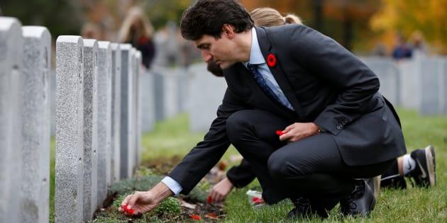 Justin Trudeau dépose un coquelicot sur une tombe pendant un événement pour commémorer la Semaine des Vétérans et le 1003 anniversaire de la bataille de Passchendaele au Cimetière militaire national à Ottawa, le 3 novembre dernier.