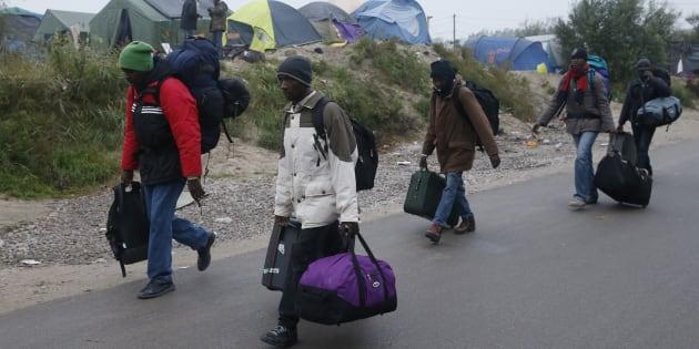 Des réfugiés quittent la jungle de Calais, le 24 octobre 2016. REUTERS/Pascal Rossignol