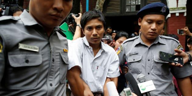 Kyaw Soe Oo, periodista de Reuters, es escoltado por la policía después de declarar en una corte en Yangon, Myanmar.