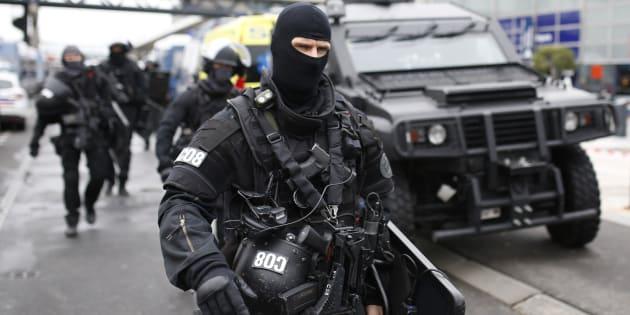 Un policier du Raid autour de l'aéroport d'Orly, le 18 mars.