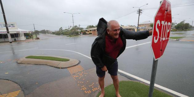 El ciudadano Bob Morton lucha contra el viento antes de que el peor ciclón tropical, Debbie, golpee en Queensland, Australia.