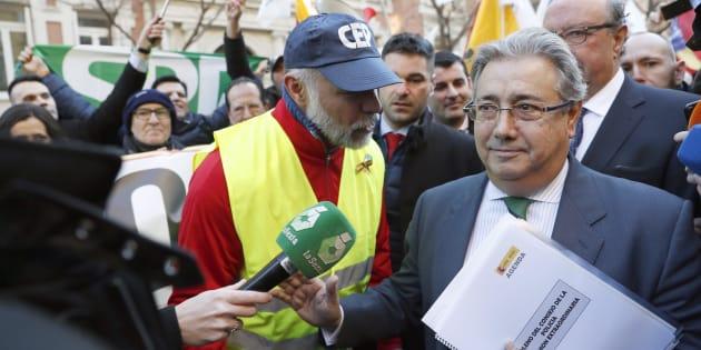 El ministro del Interior, Juan Ignacio Zoido, se dirige a los policías concentrados frente a la Dirección General de la Policía, en Madrid.