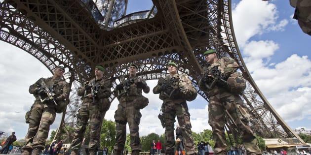 L'homme auxantécédents psychiatriques qui a forcé les contrôles de sécurité de la tour Eiffel avec un couteau affirmait vouloirattaquer un militaire et être en lien avec un membre du groupe jihadiste Etat islamique.