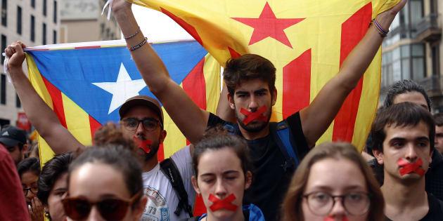 Estudantes protestam contra violência em plebiscito de independência da Catalunha.