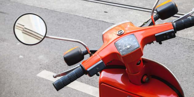 Les motos croient que les espaces de stationnement pour motos ne sont pas pour scooter et les scooters sont mécontents puisque les motos prennent trop de place.