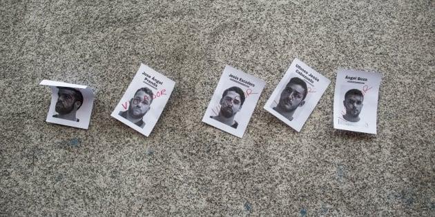 Carteles con las fotografías de los miembros de La Manada, pegados en el Ministerio de Justicia (Madrid), antes de la manifestación de ayer.