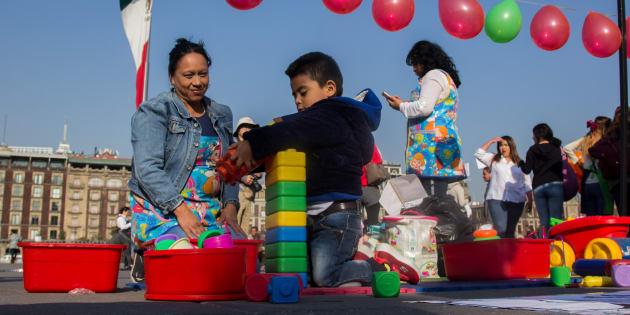 CIUDAD DE MÉXICO. Representantes de estancias infantiles se manifestaron en la plancha del Zócalo el 11 de febrero para exigir al jefe del Ejecutivo que no se recorte presupuesto al programa de estancias infantiles.