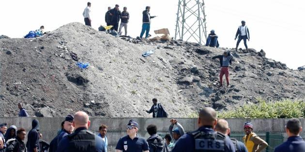 La police aux abords d'un point de distributions de nourriture à Calais.