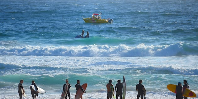 Surfers are called out of the water as NSW Search and Rescue alongside Surf lifesavers search for a 14 year old male who went missing at Maroubra Beach yesterday. 28th December, 2016. Photo: Kate Geraghty