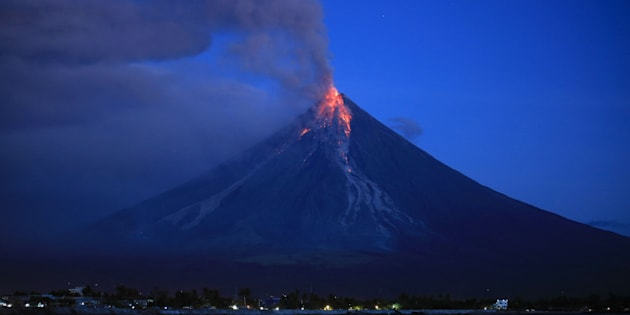 世界の中でも特に活動が活発なマヨン山 / AFP PHOTO / CHARISM SAYAT        (Photo credit should read CHARISM SAYAT/AFP/Getty Images)
