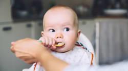 Des aliments allergènes dès 6 mois, même si votre bébé est à «haut
