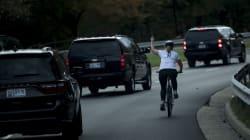 Donald Trump va sur les terrains de golf pour la 76e fois, cette cycliste lui fait clairement savoir ce qu'elle en
