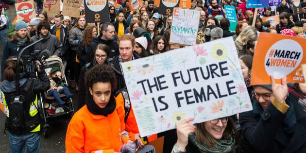 """""""O futuro é feminino"""", vocalizam mulheres em protesto."""