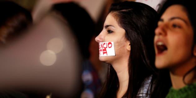 Manifestantes protestam contra violência contra a mulher.