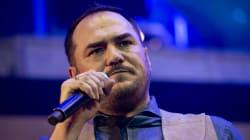 Ismael Serrano detiene una discusión entre el público durante un concierto en