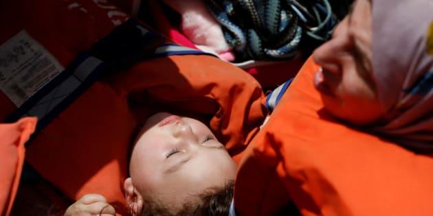Un enfant et sa mère secourus en Méditerranée par une ONG dans les eaux internationales, au large de la côte libyenne de Sabratha, le 4 mai 2017.