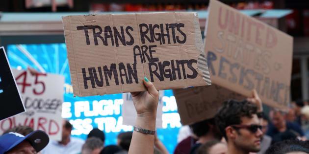 Une manifestation à Times Square, New York, contre le président des Etats-Unis Donald Trump après qu'il ait banni les personnes transgenres de l'armée américaine, le 26 juillet 2017.