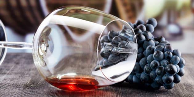 Grappe de raisins et verre de vin rouge