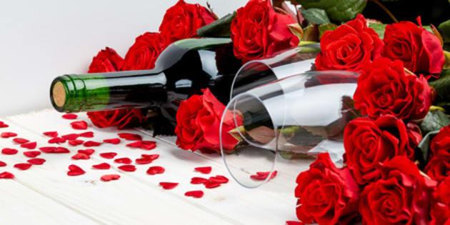 Bouteille de vin et roses rouges
