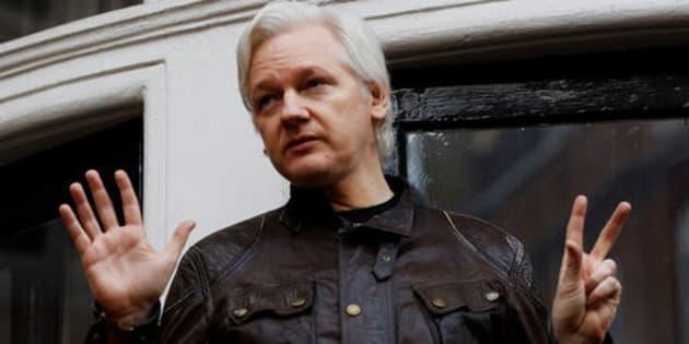 Imagen de archivo del fundador de WikiLeaks, Julian Assange, en una rueda de prensa desde el balcón de la embajada de Ecuador en Londres.
