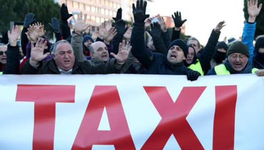 Los taxistas presionan con las protestas en Fitur y Plaza