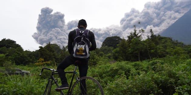 Un hombre mira la erupción del Volcán de Fuego desde la municipalidad de Alotenango, en el departamento de Sacatepequez.