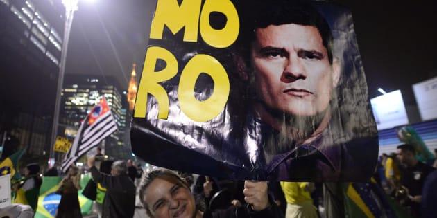 Centenas protestaram na Avenida Paulista, em São Paulo, em comemoração à condenação de Lula por Sérgio Moro.