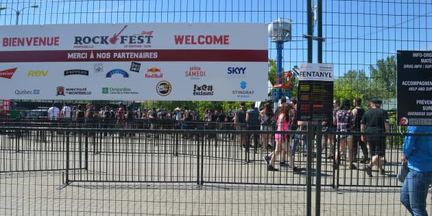 Des affiches pour expliquer quoi faire en cas de surdose de drogue sont apposées devant l'entrée principale du Rockfest.