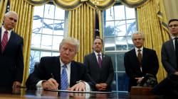 Rodeado de hombres, Donald Trump firma orden ejecutiva