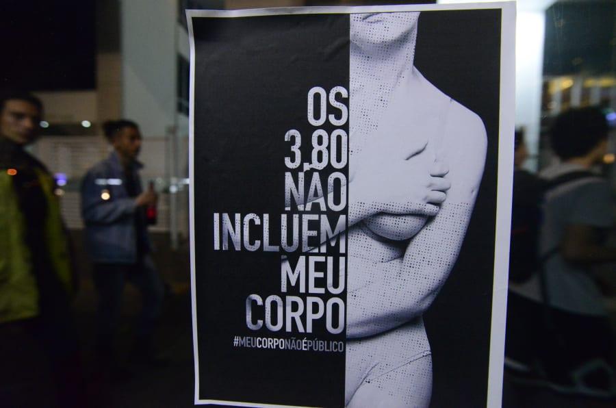 """""""Os 3,80 não incluem o meu corpo"""", diz cartaz colocado na Avenida Paulista, onde ocorreu caso do homem que ejaculou no pescoço de uma mulher em 2017."""