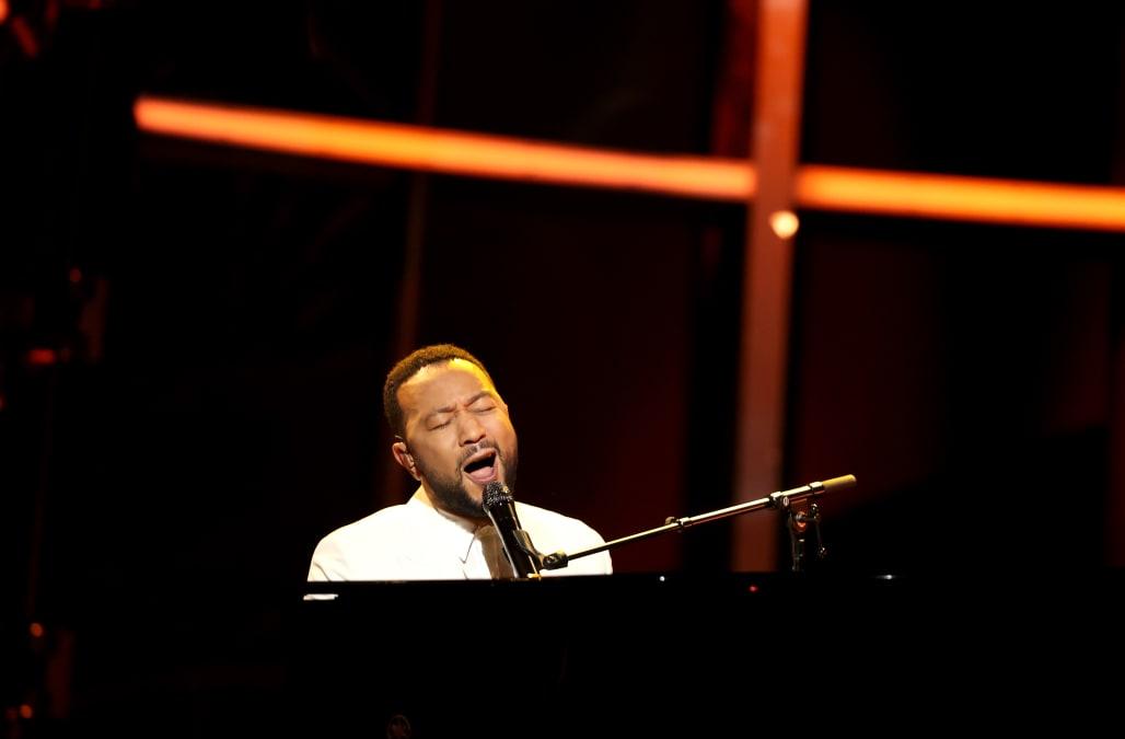 John Legend dedicates emotional performance to Chrissy Teigen amid pregnancy loss - AOL