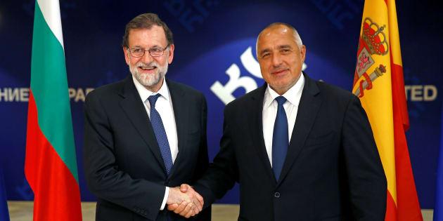 El presidente del Gobierno, Mariano Rajoy, recibido por el primer ministro búgaro, Boiko Borisov, hoy en Sofía.