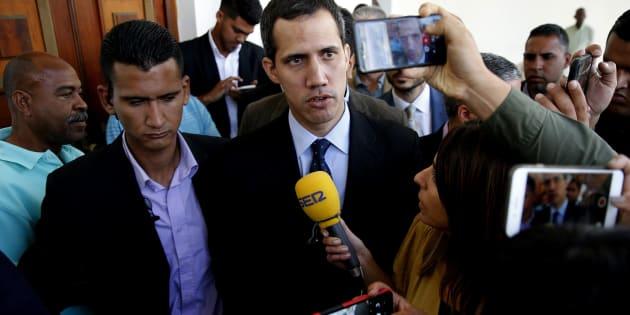 El presidente de la Asamblea Nacional, Juan Guaidó (c), habla con los medios en la sede del Parlamento, el Palacio Federal Legislativo, en Caracas (Venezuela).