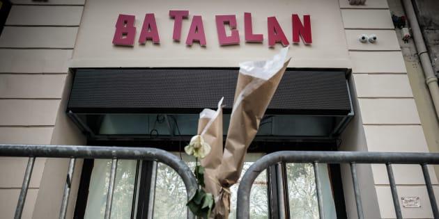 Des fleurs déposées devant la façade rénovée du Bataclan, le 1er novembre 2016.