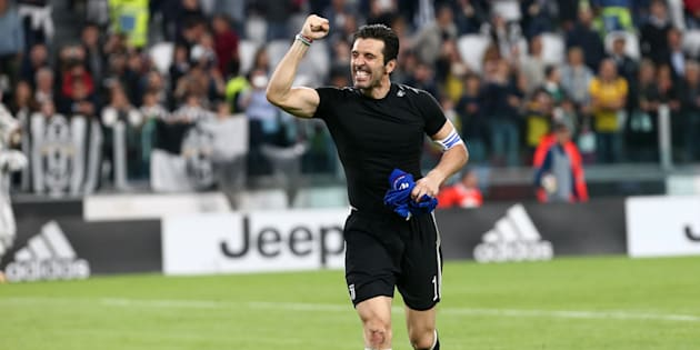 ALLIANZ STADIUM, TORINO, ITALY - 2018/05/05: Gianluigi Buffon  of Juventus FC   celebrate at the end of the Serie A football match between Juventus FC and Bologna Fc.    Juventus Fc wins 3-1 over Bologna Fc. (Photo by Marco Canoniero/LightRocket via Getty Images)