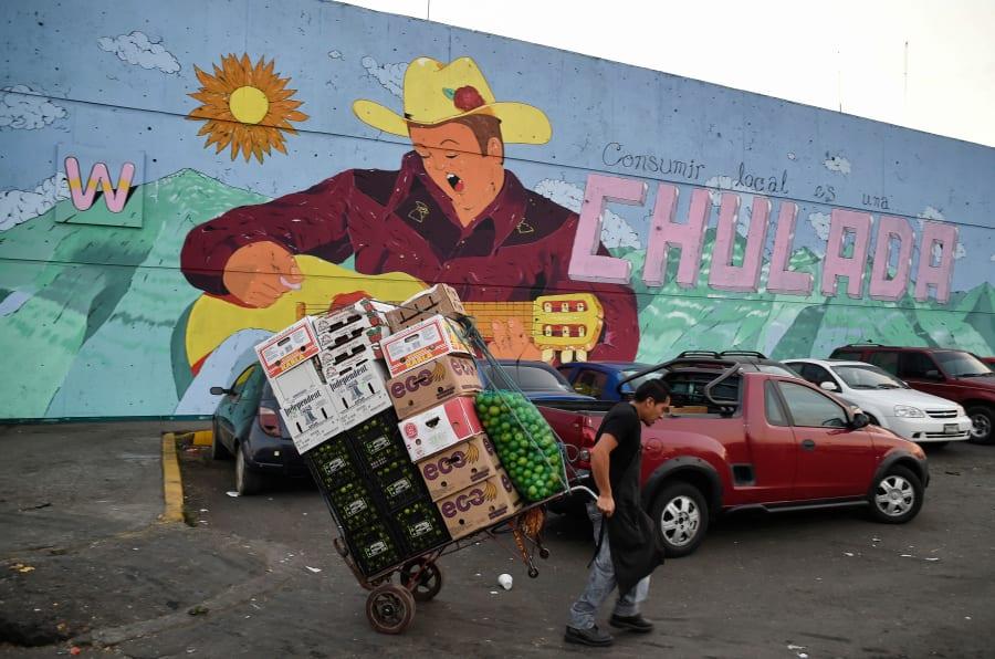 Imagen de un carretillero afuera de la Central de Abasto, en Ciudad de México.