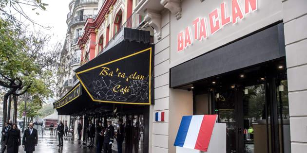 La plaque commémorative en hommage aux victimes des attentats, dévoilée le 13 novembre 2016 par le Président François Hollande et la maire de Paris Anne Hidalgo.