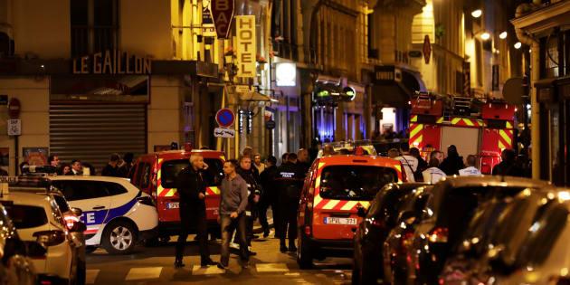 La police et les pompiers sur place après les faits qui se sont déroulés rue Monsigny dans le 2e arrondissement de Paris ce 12 mai 2018.
