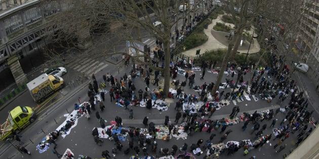 Place de La Chapelle à Paris, un marché semi-permanent illégal rassemble des vendeurs illégaux qui proposent des objets d'occasion (vêtements, téléphones, chargeurs, chaussures, DVD), ici le 23 mars 2016.