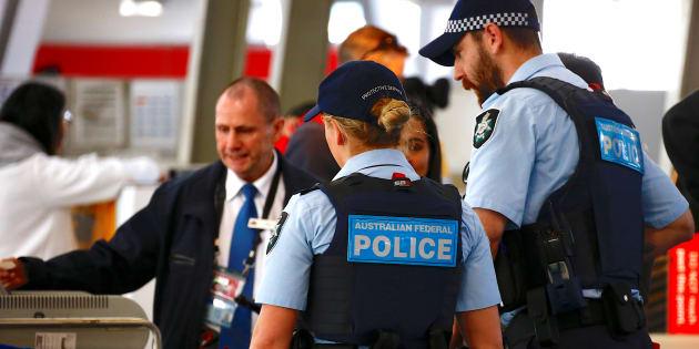 La police fédérale australienne contrôle des passagers à l'aéroport de Sydney, le 30 juillet.