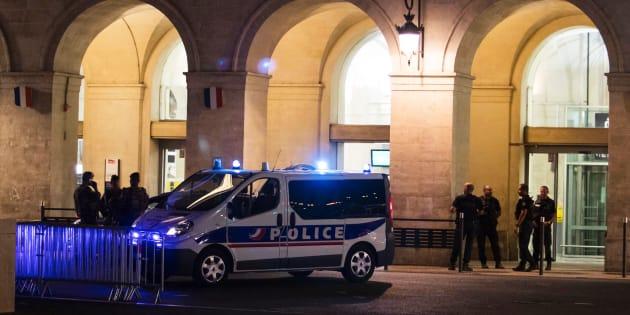 Des policiers devant la gare de Nîmes après l'évacuation, le 19 août.