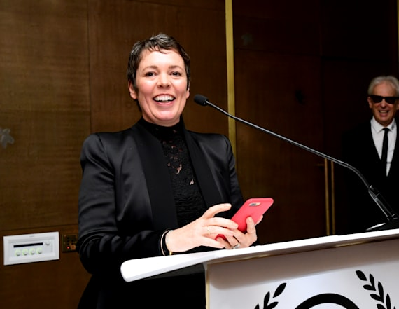 'The Crown's' Olivia Colman accepts award barefoot