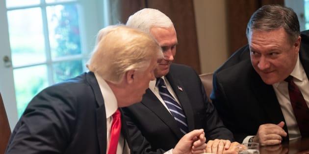 Le président américain Donald Trump et son chef de la diplomatie, Mike Pompeo, entourent le vice-président Mike Pence.