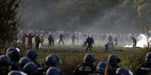 Des zadistes face à la police à Notre-Dame-des-Landes le 15 avril 2018.